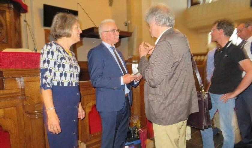 Frits Berkhoff wordt gefeliciteerd met zijn 50-jarig jubileum als organist.
