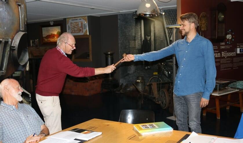 RIJSSEN - Kees Jansen neemt de voorzittershamer over van Jan Slofstra.