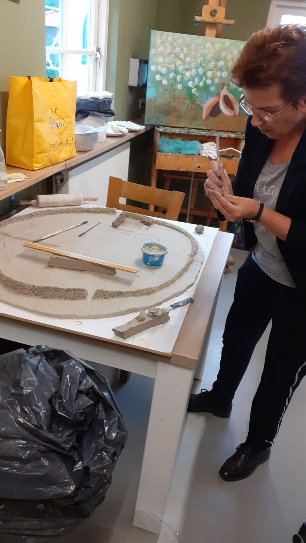 Kunstenares Ingrid Hegeman is bezig met de replica van middeleeuws Rijssen.