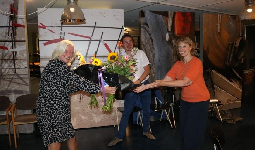 <p>Voorzitter Sandra Hofmeijer (links) overhandigt afscheidsbloemen aan Jan-Geert Heuvelman en Kristina Odenhamn</p>