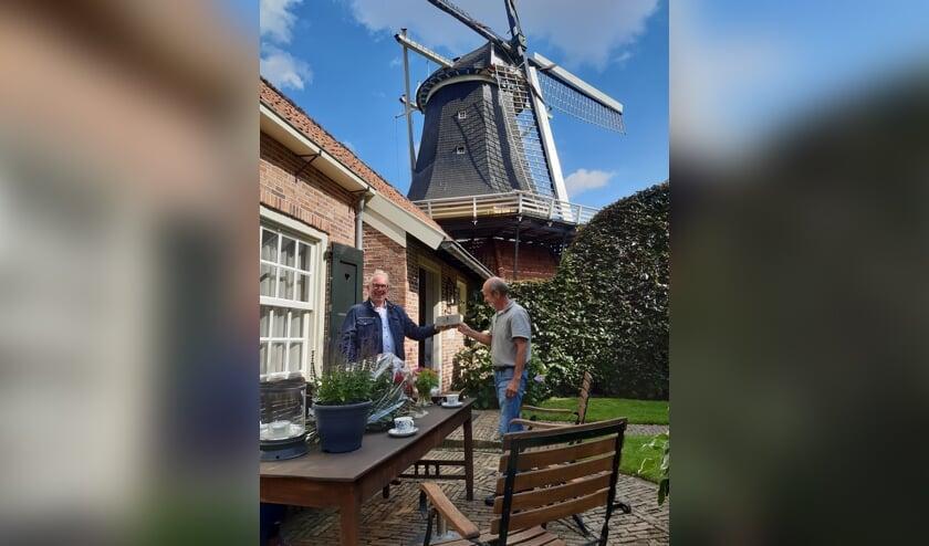 <p>Wim Nijkamp reikt de Erfgoedpluim 2020 uit aan Gerrit ter Horst</p>