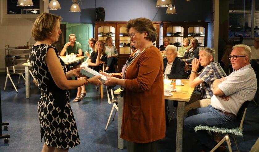 <p>Marja Voortman (links) overhandigt een exemplaar aan <br>secretaris Jennet van der Harst van het museumbestuur.</p>