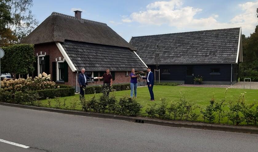 HOLTEN - Wim Nijkamp reikt de Erfgoedpluim 2020 uit aan de familie Te Beest.