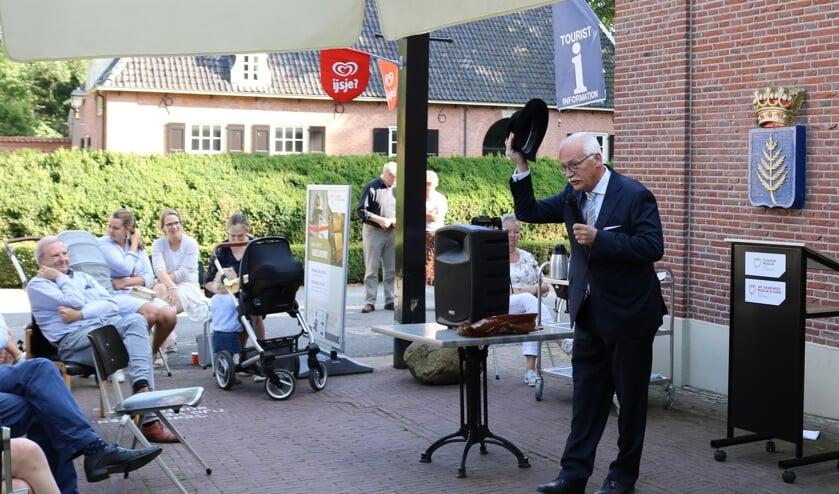 <p>Burgemeester Asje van Dijk van Barneveld opent de expositie Rijssen chapeau!</p>