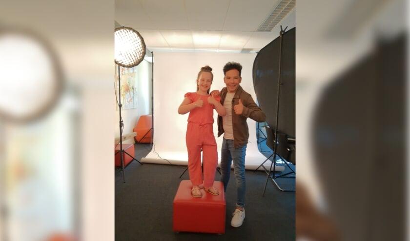 Lola met acteur en presentator Mario Perton tijdens een fotoshoot voor de Diabetes Vereniging Nederland winkel.