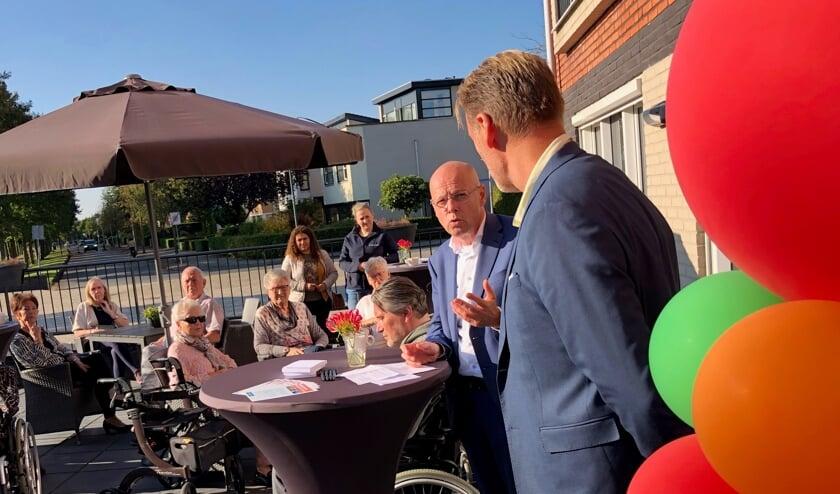 <p>Wethouder Van Wakeren en locatiemanager Sijtsma bij de opening van dagbesteding Slangenbeek.&nbsp;</p>