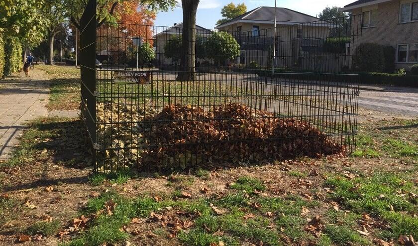 <p>Gemeente Wierden plaatst ongeveer 60 bladkorven voor het gevallen blad van bomen uit openbare plantsoenen. (Foto: Gemeente Wierden)</p>