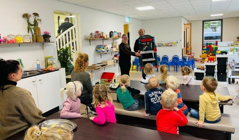 <p>Nicole ten Berge van Kinderdagverblijf de Beestenboel ontvangt uit handen van Robert Pullen een speel-werkbank. (Foto: Marriet de Beer)</p>
