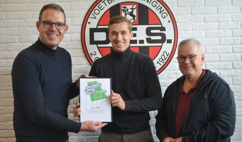 <p>Talentvol arbiter Stan Endeman uit Luttenberg heeft namens SNO de prijs mogen overhandigen aan secretaris Patrick Nieboer en voorzitter Henny Broekman van VV DES.</p>