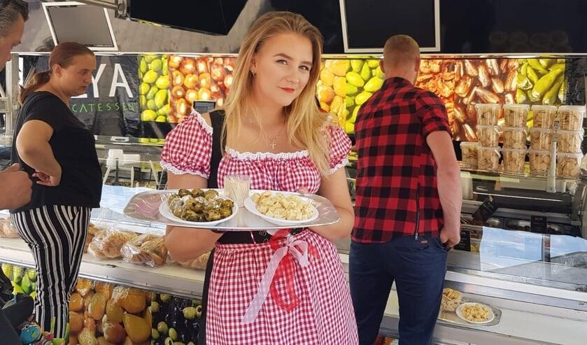 <p>Voor de bezoekers van de braderie op de Woonboulevard in Almelo is er lekker eten.</p>
