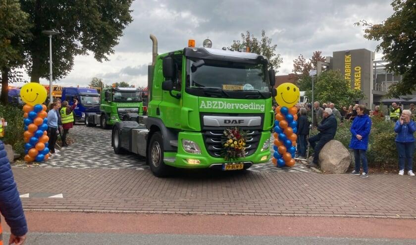 <p>De eerste vrachtwagens rijden van het Kaasplein in Markelo af. Ze maken een toerrit voor mensen met een verstandelijke beperking.&nbsp;</p>