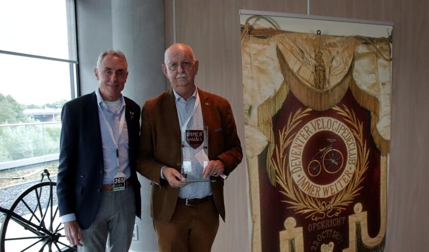 <p>Oud-profrenner Theo de Rooij (links) overhandigde Jan Bakker de Immer Weiter Award.</p>