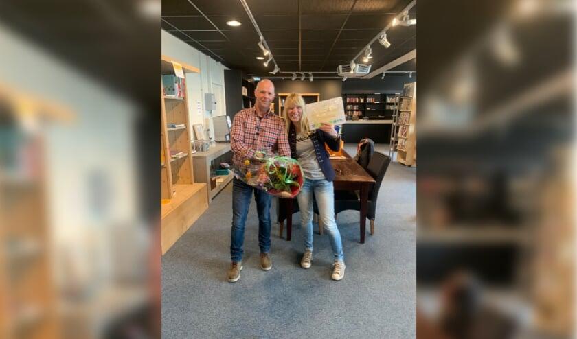 <p>Lucinde Hesselink vond het Golden Ticket dat haar 100 euro kooptegoed en een mooie bos bloemen opleverde</p>