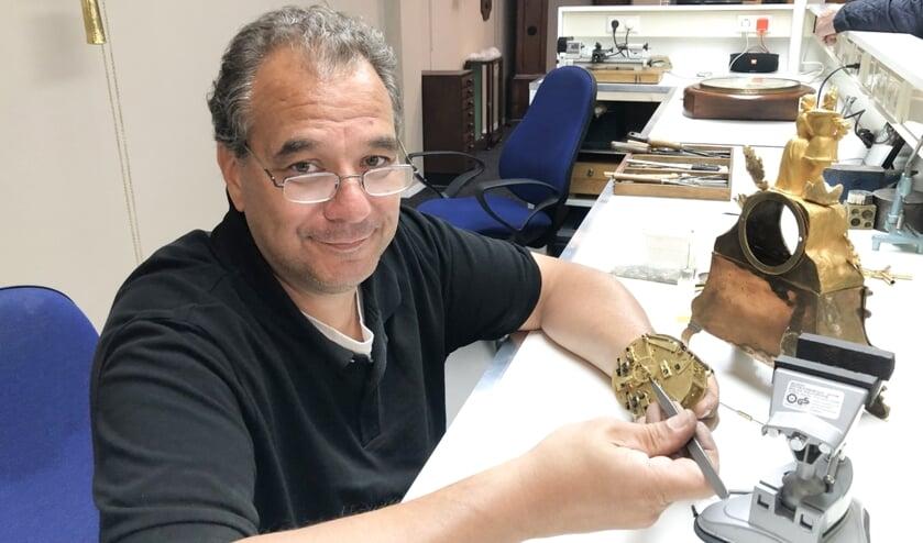 <p>Klokkenmaker Martin Hamstra: ''Mijn echte passie ligt bij mechanische klokken.''</p>