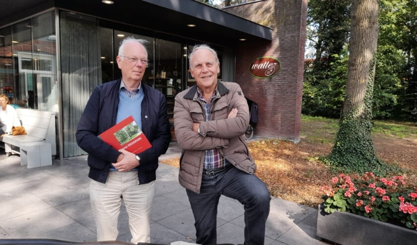 <p>Martien Molenaar (met jubileumboek in de handen) en Gerard Oude Vrielink bij Wattez.</p>