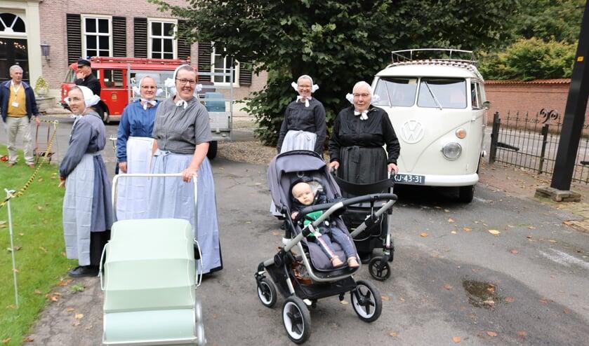 <p>Klederdrachten, nostalgische voertuigen en veel mensen rond de Oosterhof. Jennie Voortman legde uit hoe het allemaal in elkaar stak met de modegrillen in vroeger tijden.&nbsp;</p>