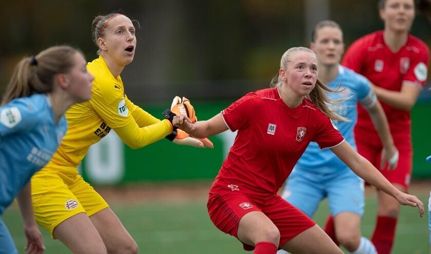 <p>Ella Peddemors in actie tegen PSV, met keepster Sari van Veenendaal. (Foto: FC Twente Media/A. Veurink)</p>