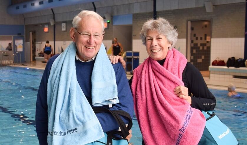 <p>Hendrik Grobbink en Nelly Waanders vinden gemoedelijkheid troef bij vijftigjarige zwemclub.</p>