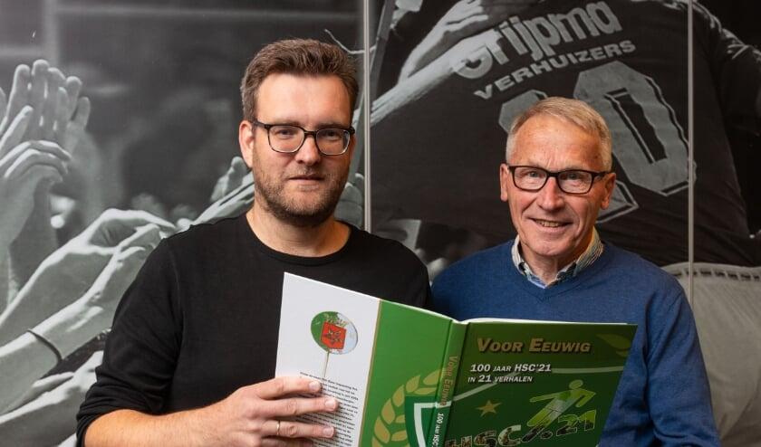 <p>Rene Waning en Frans Bouwmeesters met het jubileumboek van HSC&#39;21. Foto: Wim Busschers.&nbsp;</p>