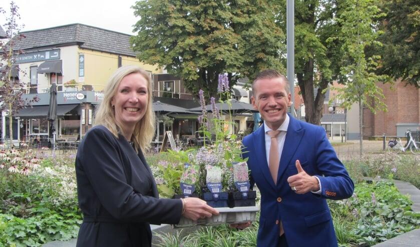 <p>Evelien Zinkweg feliciteert Jurgen van Houdt</p>