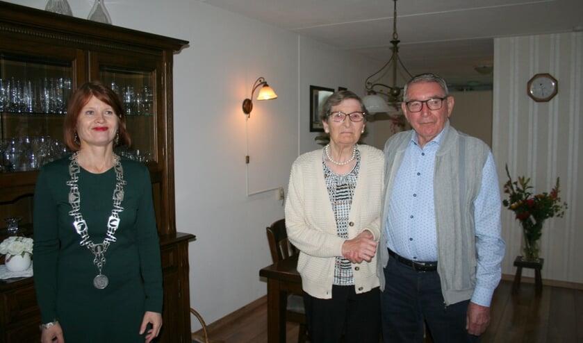 <p>Het echtpaar Mink-Brinks vierde afgelopen weekend hun 60-jarig jubileum in Losser. Burgemeester Cia Kroon kwam langs om hen te feliciteren.</p>