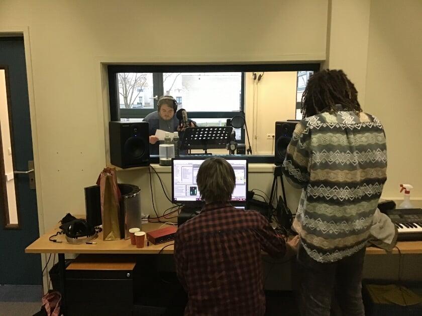 <p>De opnames van het lied &quot;Jij bent de bron&quot;, in de studio van Het Noordik. Zanger: Frank Scholten, docent Engels.</p>