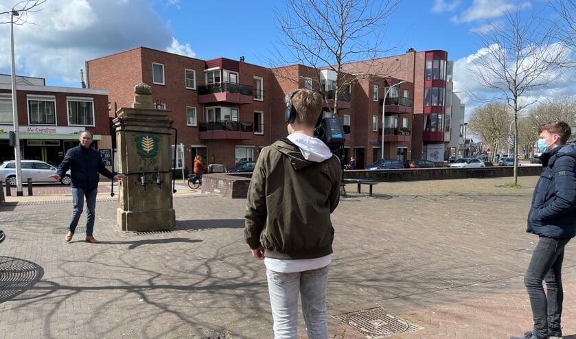 RIJSSEN - Stadsgids Joop Voortman geeft uitleg bij de stadspomp.