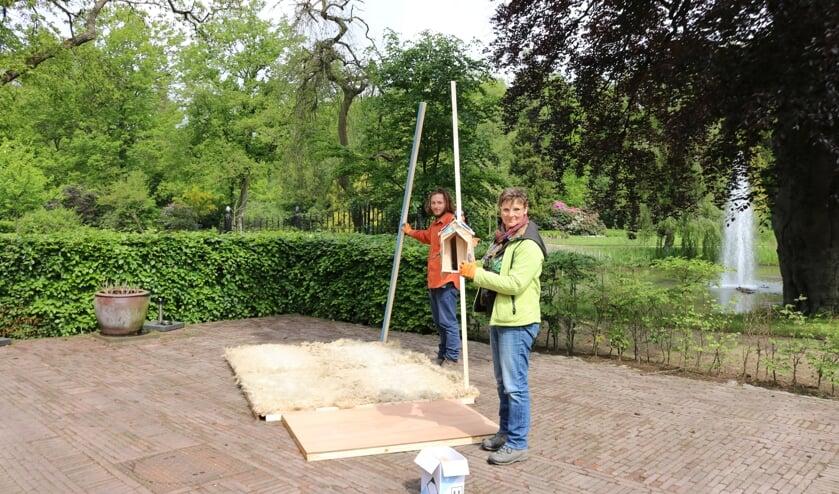 RIJSSEN - Kunstenares Marijke Schurink en zoon Jan, ook kunstenaar, bouwen het Wolhuis.