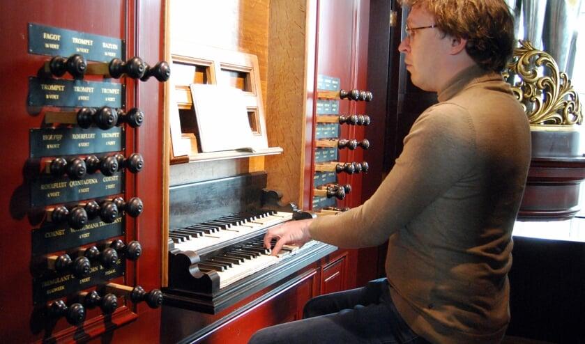RIJSSEN - Hoofdorganist Jan-Geert Heuvelman achter de speeltafel van het orgel in de Noorderkerk.