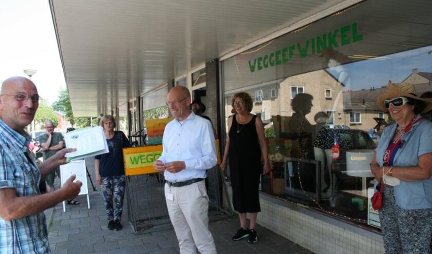 <p>Wethouder Bas van Wakeren neemt de petitie in ontvangst.</p>