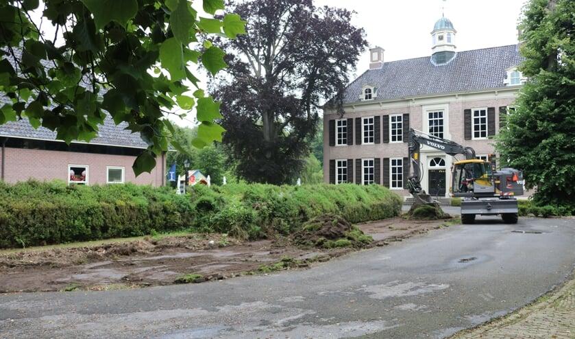 RIJSSEN -  De oude en kapotte buxusheggen op het voorterrein van de havezate worden verwijderd.