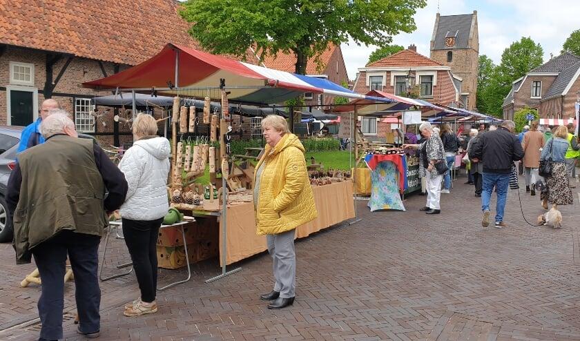 <p>De electrocar laat senioren ook eens genieten van de Losserse markt.</p>