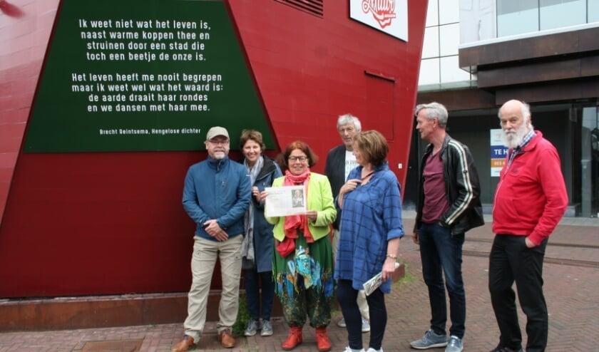 <p>De trotse ouders van Brecht Reintsema bij de presentatie van het gedicht</p>