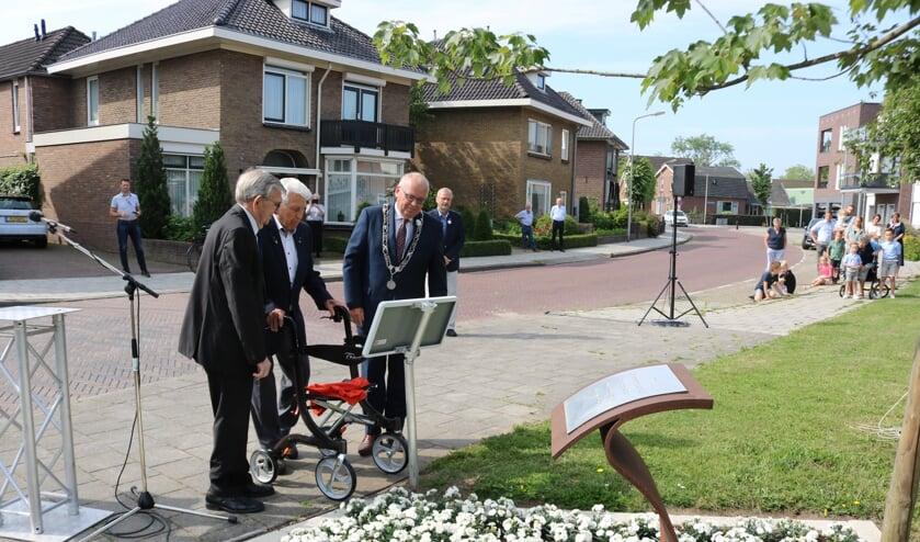 RIJSSEN - Van links naar rechts: de Oud-Indiëgangers Gerrit Harbers (93) en Roelf Wolterink (97) onthullen het herdenkingsbord met burgemeester Arco Hofland.