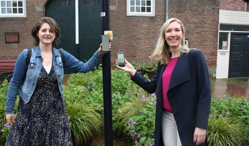 <p>Wethouder Evelien Zinkweg - Ankon&eacute; en directeur van het Palthehuis Sandra Schipper starten de Hanzetour app</p>