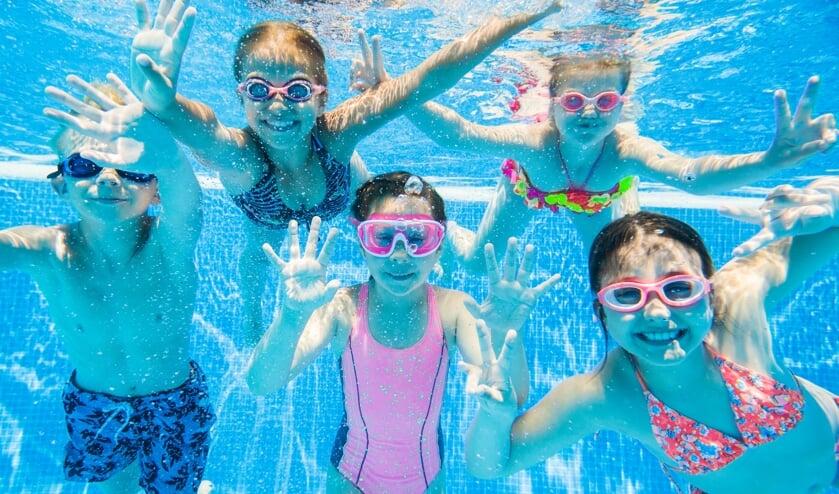 <p>Parelduiken, kokosnootraces, limbo-dansen, vrij zwemmen en nog veel meer: kinderen vermaken zich volop in zwembad De Vlaskoel.&nbsp;</p>