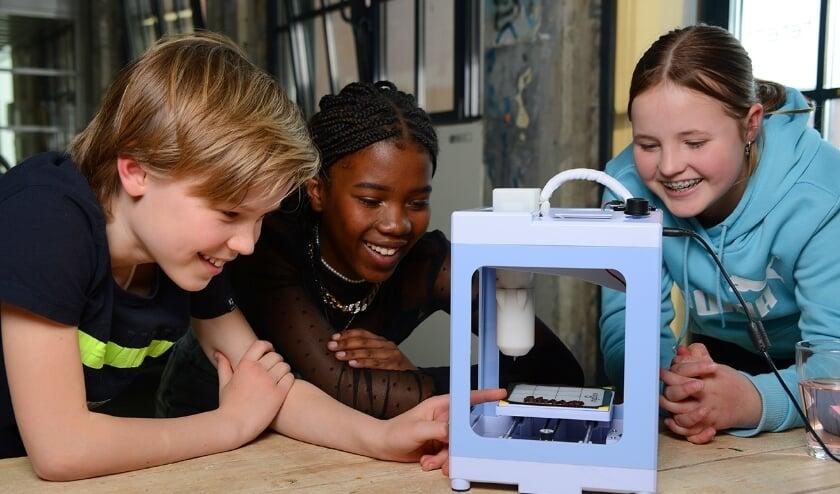 <p>Een 3D-printer maakt een chocolaatje. Tijdens de Maakdag in de bibliotheek kunnen kinderen zelf ontdekken hoe dat werkt.</p>