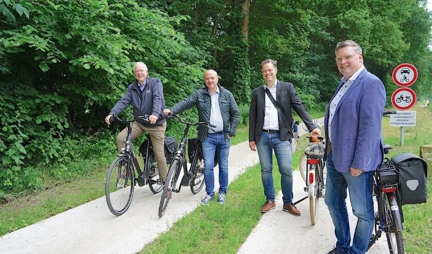 <p>Van links naar rechts: burgemeester John Joosten en wethouder Benno Brand (gemeente Dinkelland) en wethouder Thimo Weitemeier en burgemeester Thomas Berling (stadt Nordhorn).</p>