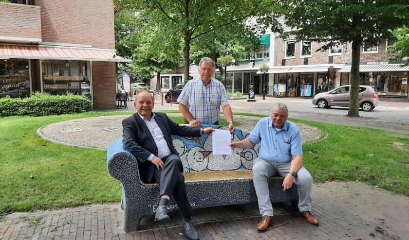 <p>Wethouder Harry Nijhuis, Marcel de Jong en Herman Kuipers: BIZ doet goed werk en krijgt vervolg.</p>