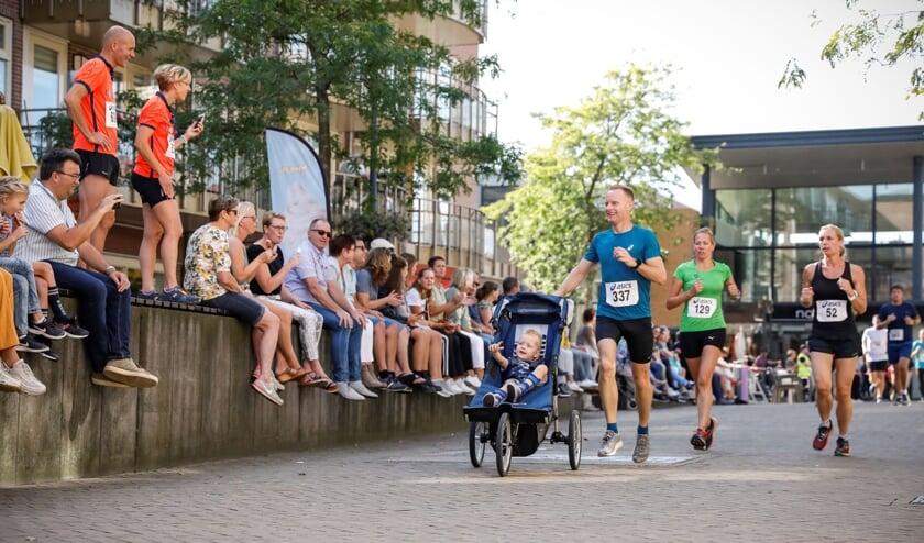 <p>Iedereen kan meedoen aan de Auto Aaltink Nijverdalse CityRun en iedereen is een winnaar. (Foto: ANNAUF)</p>