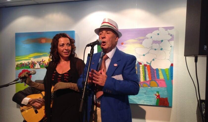 <p>Salvatore Ierna zingt &#39;Marina&#39;. De markante Oldenzaler hielp de Italiaanse jeugd van toen om te integreren in de Oldenzaalse &eacute;n Twentse gemeenschap.</p>