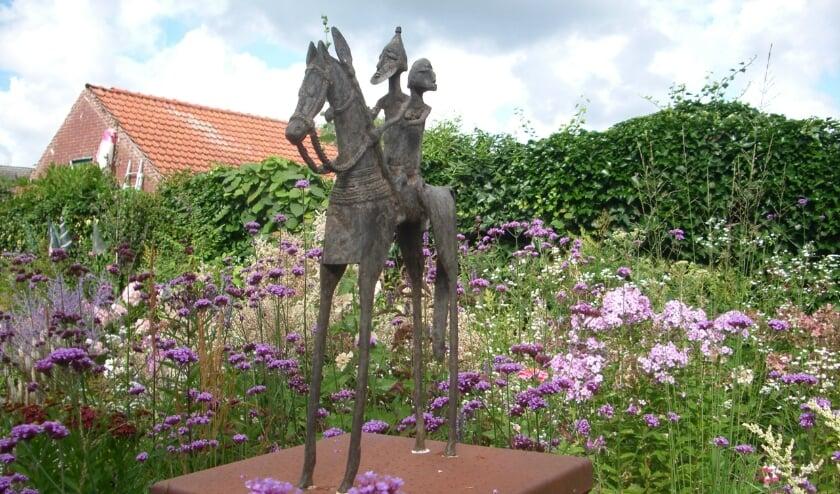 <p>In de tuin staat ook een beeld uit het Afrikaanse land Mali.&nbsp;</p>