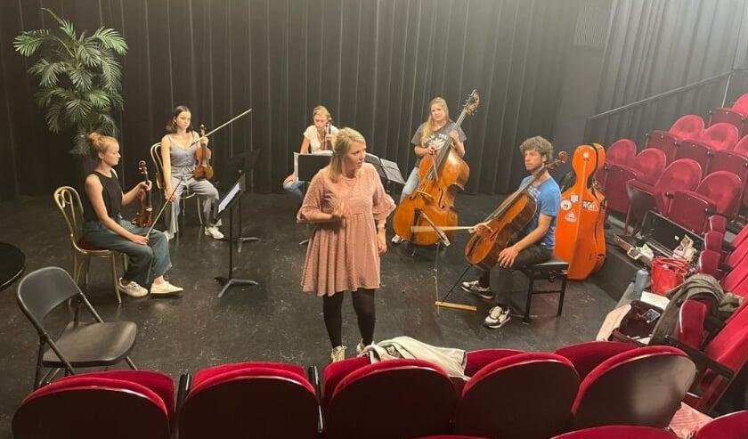 <p>De jonge musici repeteren in het Vestzaktheater. Simon en Martine Velthuis uit Haaksbergen spelen mee. Eigen foto. &nbsp;</p>