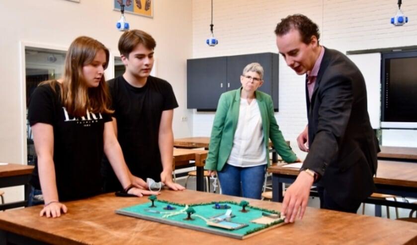 <p>Wethouder Arjen Maathuis is enthousiast over idee&euml;n die leerlingen van Het Erasmus hebben over het nieuwe zwembad.</p>