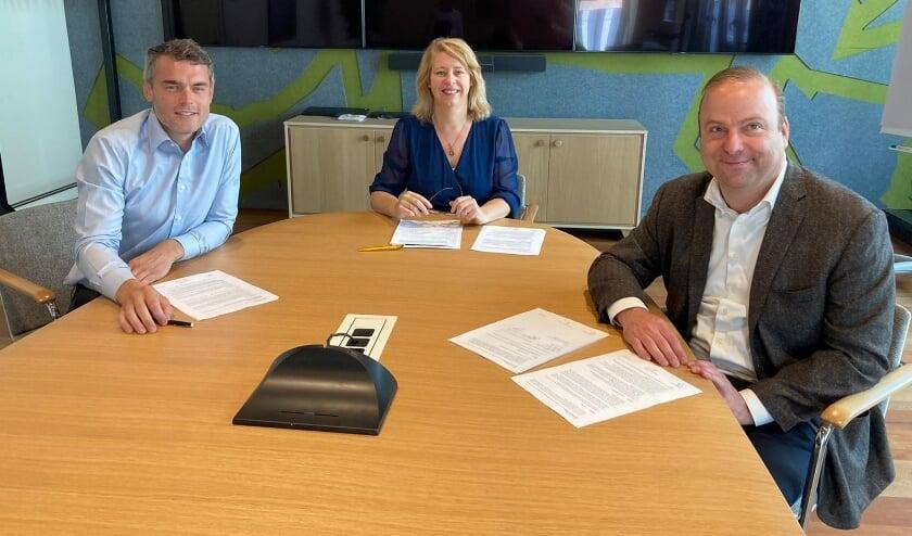 <p>Folkert Leijten, wethouder Mariska ten Heuw en Hein Trebbe jr. bij de ondertekening.&nbsp;</p>