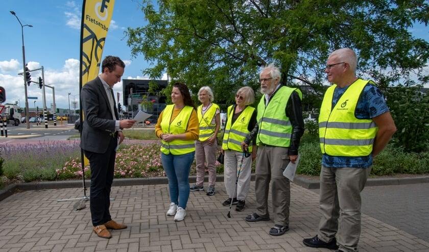 <p>Wethouder Arjen Maathuis krijgt van de Fietsersbond de uitslag van een enqu&ecirc;te over het verkeersplein Plesmanweg. &nbsp;</p>