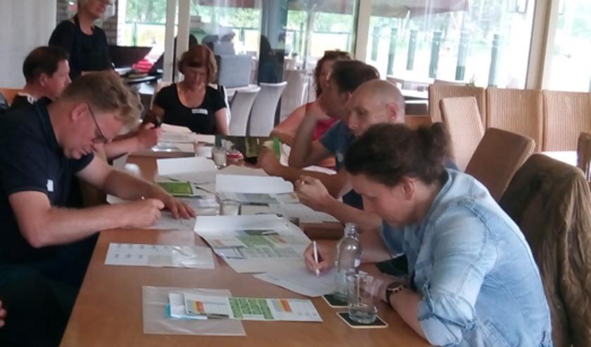 <p>Voetbalvereniging Enter Vooruit en Golfclub De Koepel evalueren kennismaking.</p>