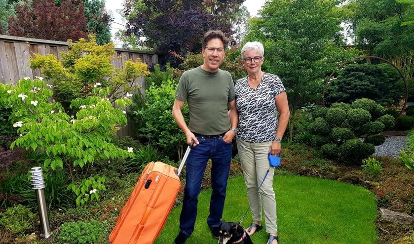 <p>H&uuml;seyin en Christine hopen deze zomer nog naar familie in Turkije te kunnen gaan; plan B is Het Luttezand met hondje Bindi. (Foto: L. Meijer)</p>