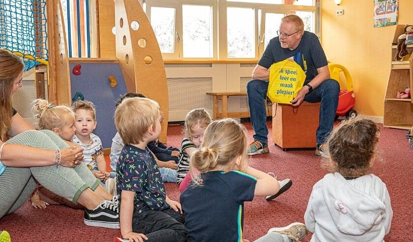 <p>Wethouder Christenhusz deelt een leuke vakantierugzak uit aan kinderen van het VVE. &quot;Ieder kind heeft een goede start nodig op de basisschool, ongeacht de thuissituatie&quot;&nbsp;</p>