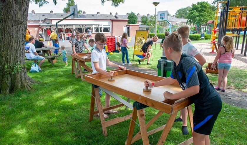 <p>De jeugd is volop aan het spelen op speeltuin Glanerbrug. (Foto: Robert Hoetink)</p>